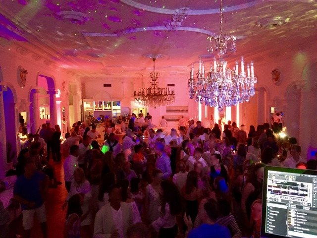 Tanzender Bär Volle Party